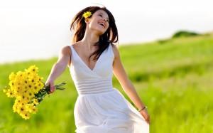 chica con flores amarillas
