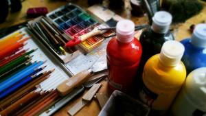 Mesa con pinturas